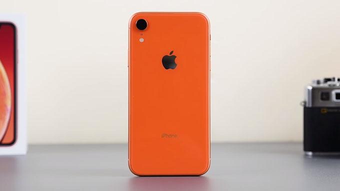 tổng thể iPhone Xr 64GB vẫn khá nhỏ gọn và dễ dàng thao tác bằng một tay