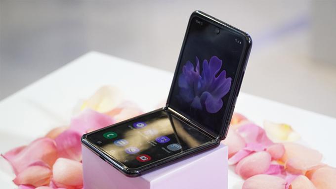 Galaxy Z Flip là chiếc điện thoại đầu tiên trên thế giới sở hữu màn hình kính có thể gập lại