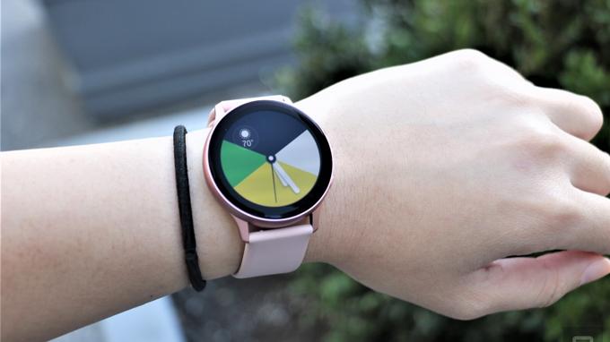 thiết kế Galaxy Watch Active 2 khá giống với thiết bị tiền nhiệm
