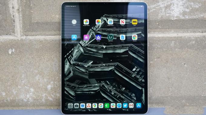 iPad Pro 2020 được tích hợp con chip A12Z Bionic, do đó mang lại hiệu suất hoạt động cực kì vượt trội. Được biết đây là chipset dành riêng có các tablet nhằm đáp ứng tốt nhu cầu và phù hợp với các tác vụ trên màn hình lớn. Chính vì vậy, mua iPad Pro bạn không chỉ s