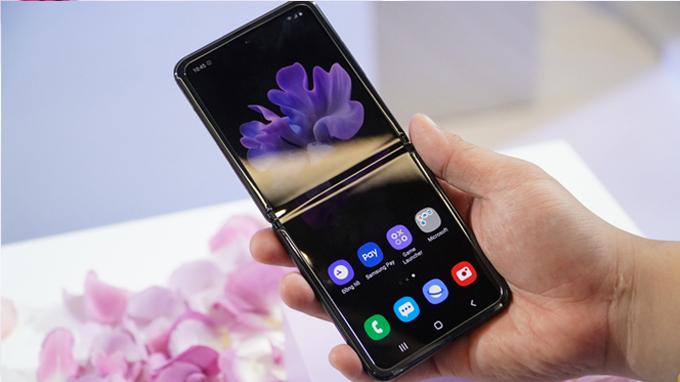 Mua điện thoại Galaxy Z Flip bạn không cần lo lắng vì sự khó chịu về nếp gấp