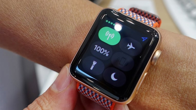 Apple Watch Series 3 38mm cũ sẽ phát sáng ở mức tố đa khi bật đèn pin
