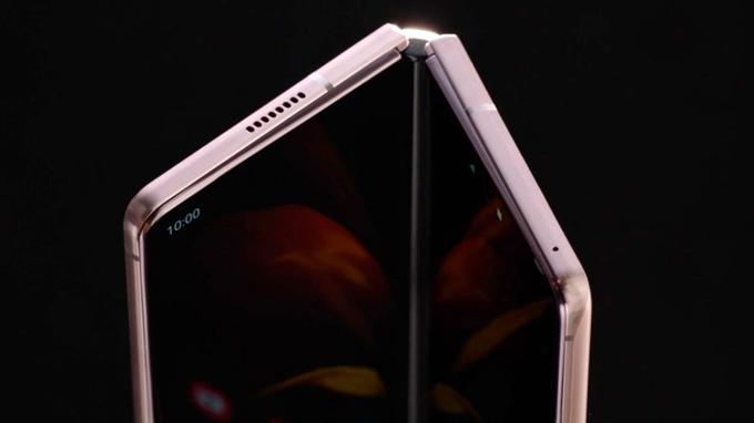 góc cạnh trên Galaxy Z Fold 2 giá rẻ cũng được tinh chỉnh vuông vức hơn
