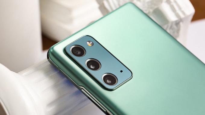 Thiết lập camera Galaxy Note 20 5G cũ được đặt trong một mô-đun hình chữ nhật