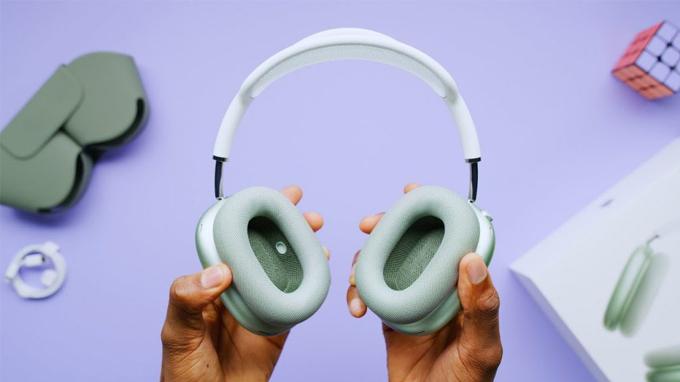 Ở 2 bên tai nghe Apple AirPods Max còn được trang bị lớp đệm khá êm