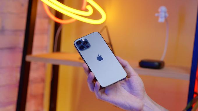Thiết kế iPhone 12 Pro 512GB cũ không có nhiều thay đổi so với iPhone 11 Pro