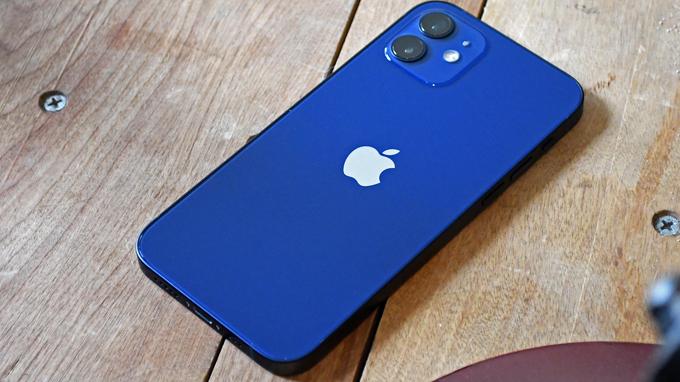 Thiết lập camera iPhone 12 64GB cũ vẫn được đặt trong một mô-đun hình vuông