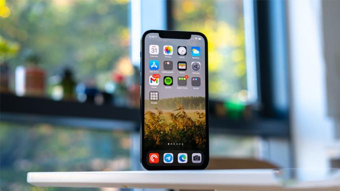 Màn hình iPhone 12 64GB cũ có kích thước 6.1 inch